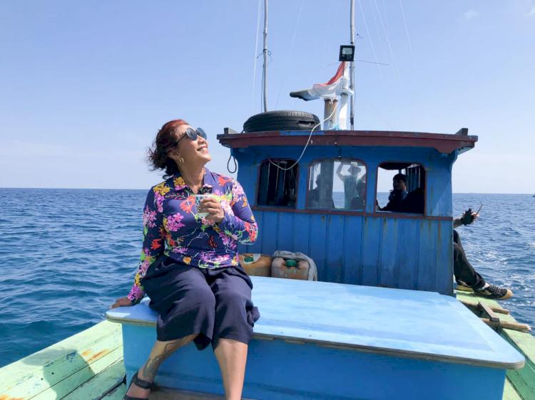 Nikmati Hidup, Ini 7 Potret Susi Pudjiastuti Berpose di Atas Laut - Foto 5
