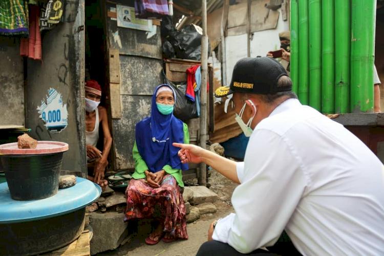 6 Gaya Blusukan Menko PMK Muhadjir Effendy Berkemeja Putih - Foto 3