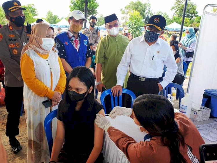 6 Gaya Blusukan Menko PMK Muhadjir Effendy Berkemeja Putih - Foto 6
