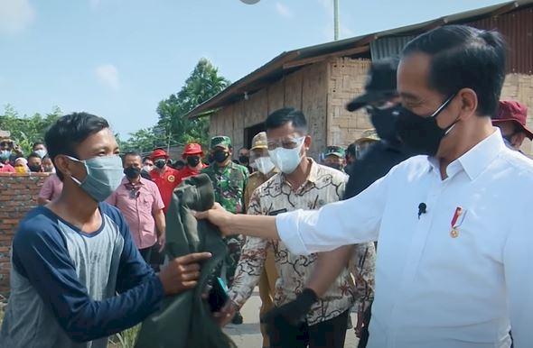 Sepeda Hingga Jaket, 5 Momen Jokowi Beri Hadiah Warga - Foto 4