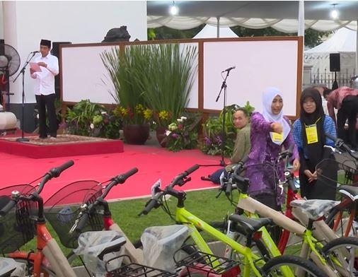 Sepeda Hingga Jaket, 5 Momen Jokowi Beri Hadiah Warga - Foto 1
