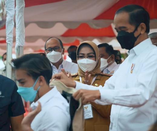 Sepeda Hingga Jaket, 5 Momen Jokowi Beri Hadiah Warga - Foto 3