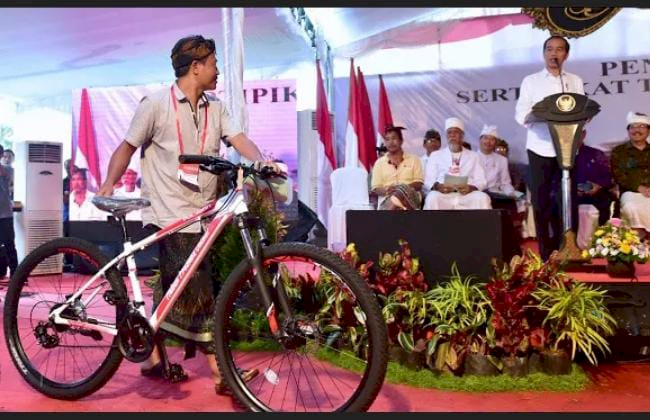 Sepeda Hingga Jaket, 5 Momen Jokowi Beri Hadiah Warga - Foto 2