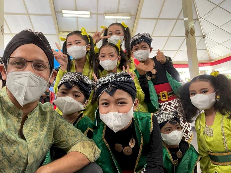 7 Potret Menteri Nadiem Kunjungi Berbagai Daerah, Akrab dengan Anak Suku Rimba - Foto 1