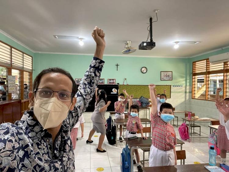 7 Potret Menteri Nadiem Kunjungi Berbagai Daerah, Akrab dengan Anak Suku Rimba - Foto 2