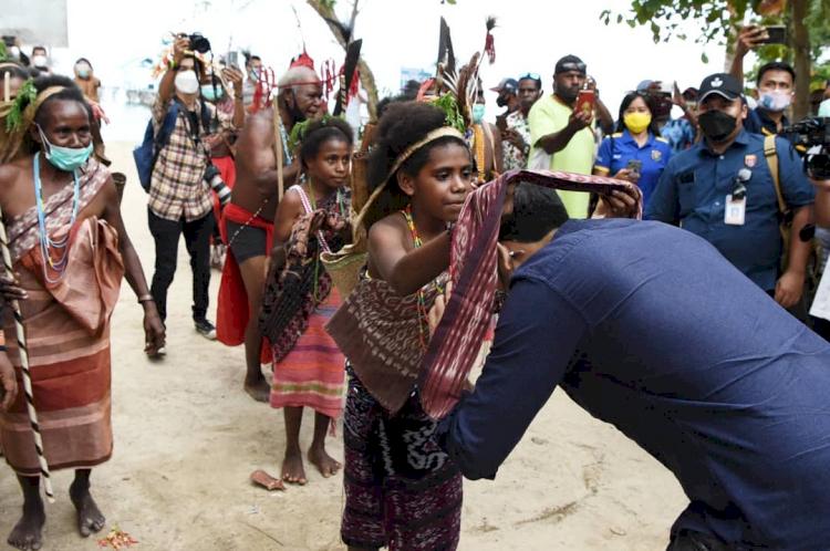 7 Potret Menteri Nadiem Kunjungi Berbagai Daerah, Akrab dengan Anak Suku Rimba - Foto 3