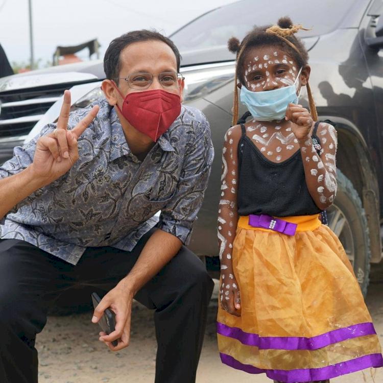 7 Potret Menteri Nadiem Kunjungi Berbagai Daerah, Akrab dengan Anak Suku Rimba - Foto 4