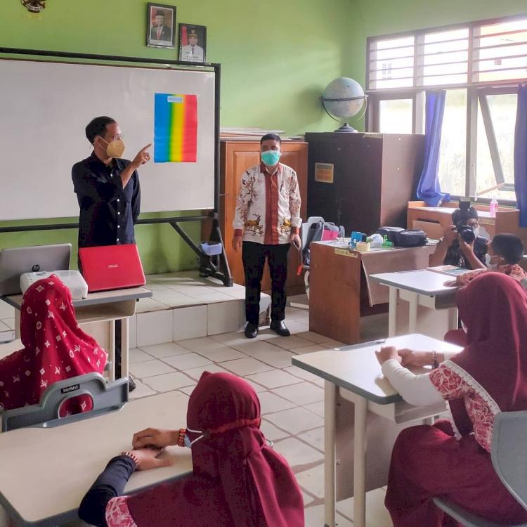 7 Potret Menteri Nadiem Kunjungi Berbagai Daerah, Akrab dengan Anak Suku Rimba - Foto 6