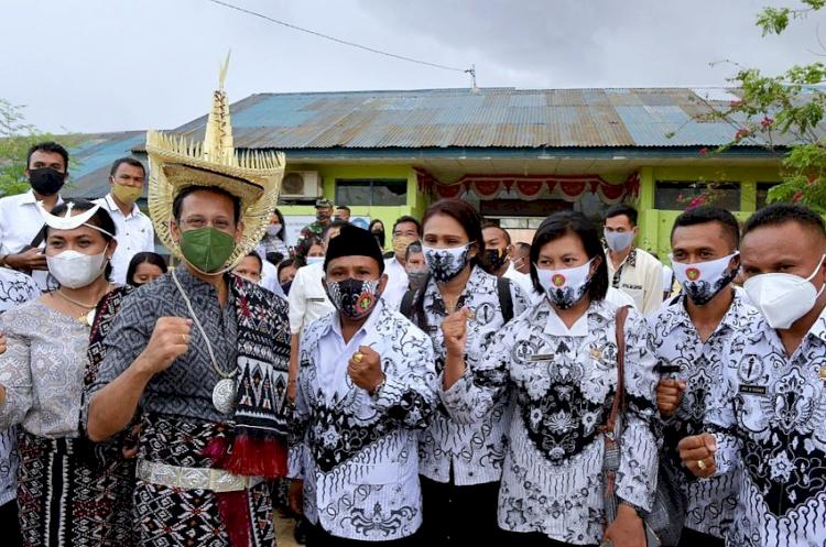 7 Potret Menteri Nadiem Kunjungi Berbagai Daerah, Akrab dengan Anak Suku Rimba - Foto 7