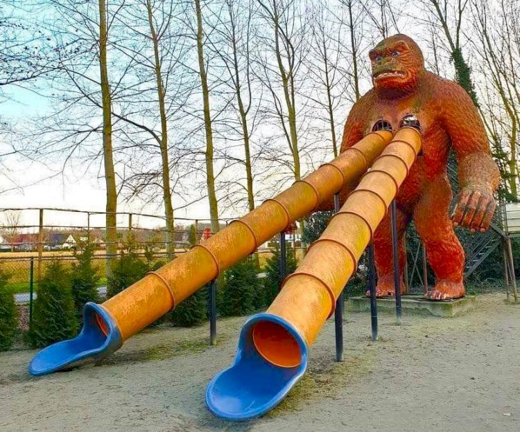 Dekat Kuburan hingga Masuk Jurang, Ini 7 Desain Playground Teraneh di Dunia - Foto 5