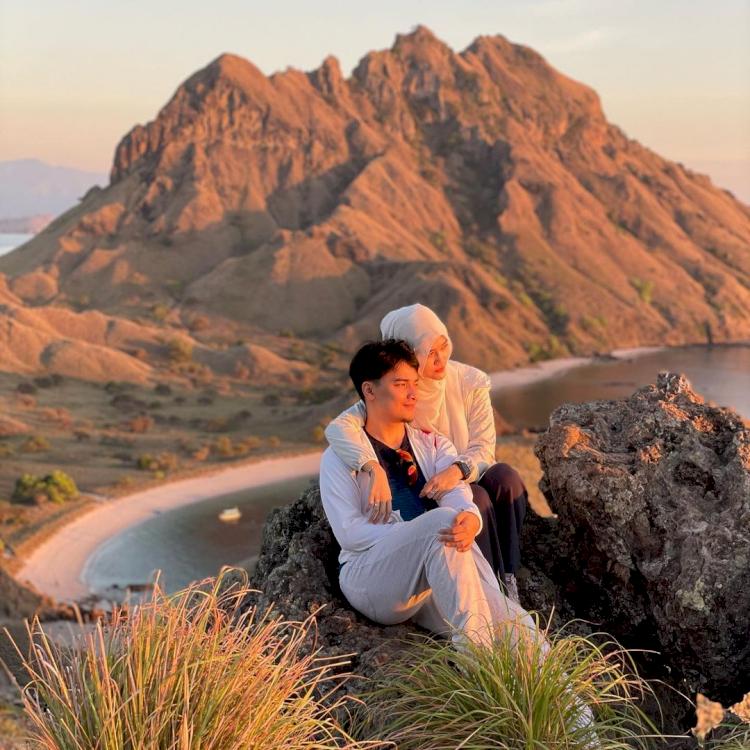 Romantis Abis, 7 Potret Bulan Madu Alvin Faiz di Labuan Bajo - Foto 3