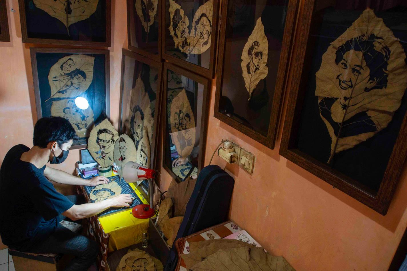 Unik, Seniman di Pamulang Melukis di Daun Jati Kering