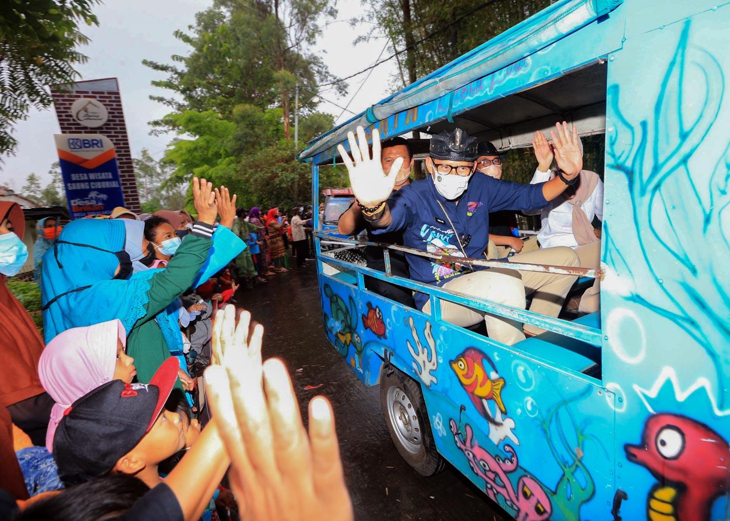 Antusias, Warga Berselawat dan Pukul Kentungan Sambut Menteri Sandiaga Uno