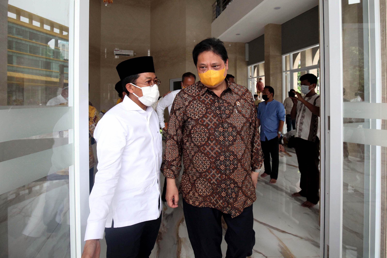 Ketua Umum Golkar Airlangga Hartarto Serta Pengurus DPP Salat Jumat di Masjid Ainul Hikmah