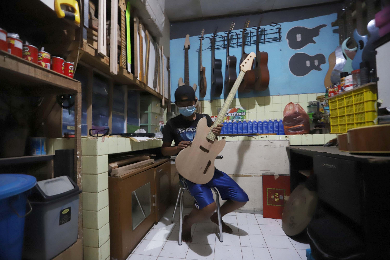Mengintip Pruduksi Gitar Listrik Rumahan