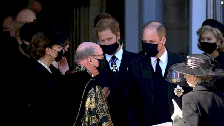 Tampak Akur, Pangeran William dan Harry Jalan Bersama usai Pemakaman Pangeran Philip - Foto 1