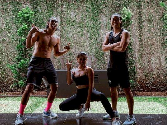 5 Potret Akrobatik Arthur Irawan ketika Yoga, Head Stand-nya Sempurna - Foto 5