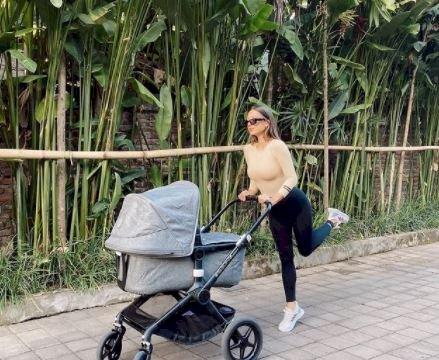 5 Potret Kece Jennifer Bachdim Momong Anak, Dorong Strollernya juga Manja - Foto 5