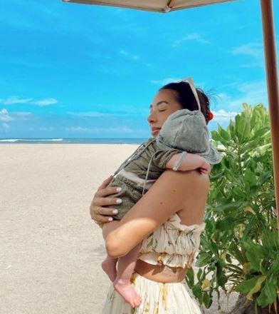 5 Potret Kece Jennifer Bachdim Momong Anak, Dorong Strollernya juga Manja - Foto 1