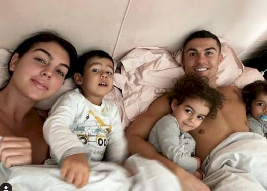 7 Potret Intim Ronaldo dan Sang Kekasih Georgina, Bikin Panas-Dingin - Foto 7