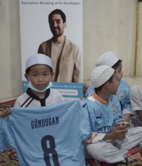 5 Potret Berbagi Ramadan dari Ilkay Guendogan ke Fans Tanah Air, Menginspirasi - Foto 3