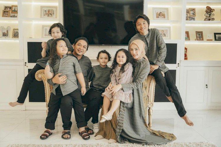 Outfit Kece 10 Keluarga Artis saat Lebaran, Siapa Paling Cetar -  Foto 5