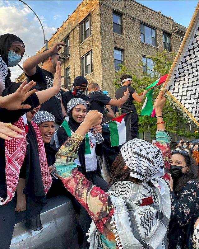 Kenakan Keffiyeh, 5 Potret Bella Hadid Ikut Aksi Dukung Palestina - Foto 2