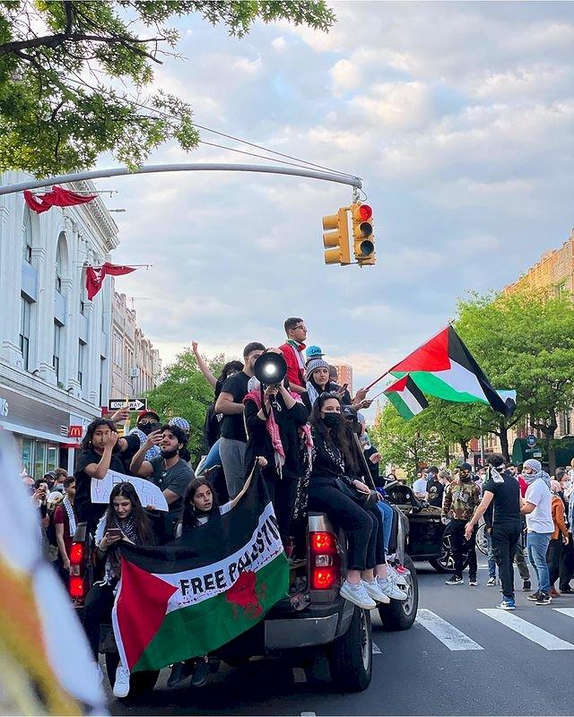 Kenakan Keffiyeh, 5 Potret Bella Hadid Ikut Aksi Dukung Palestina - Foto 4