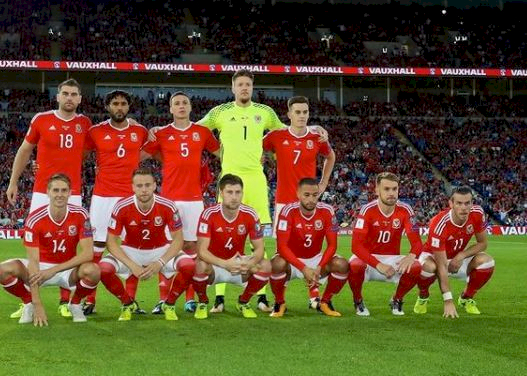 Tak Pernah Rapi, 5 Gaya Foto Tim Skuad Wales yang Bikin Gagal Paham - Foto 1