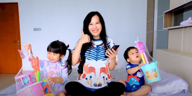 Mommy Louisse Scarlett Berbagi Kisah Parenting Melalui YouTube - Foto 1
