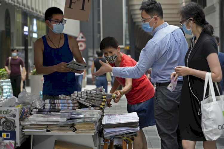 Tak Gentar Digerebek Polisi, Media Prodemokrasi Hong Kong Naikkan Oplah Korannya 6 Kali Lipat - Foto 1