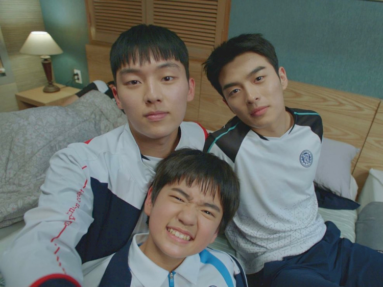 5 Potret Keakraban Bintang Racket Boys di Balik Layar, Kompak Abis - Foto 1