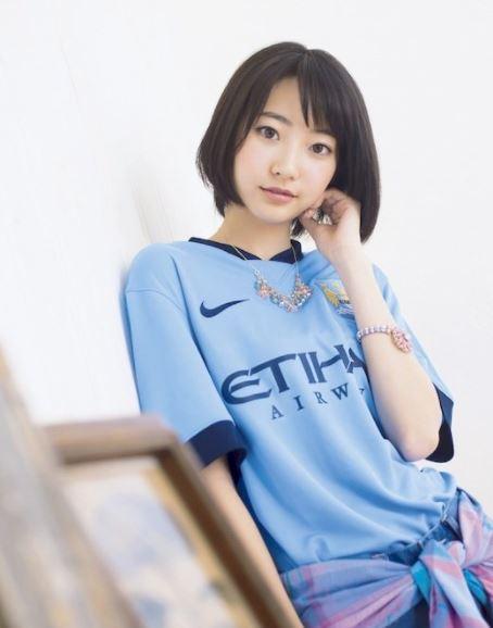 5 Potret Menawan Model Jepang dengan Jersey Klub Eropa - Foto 4