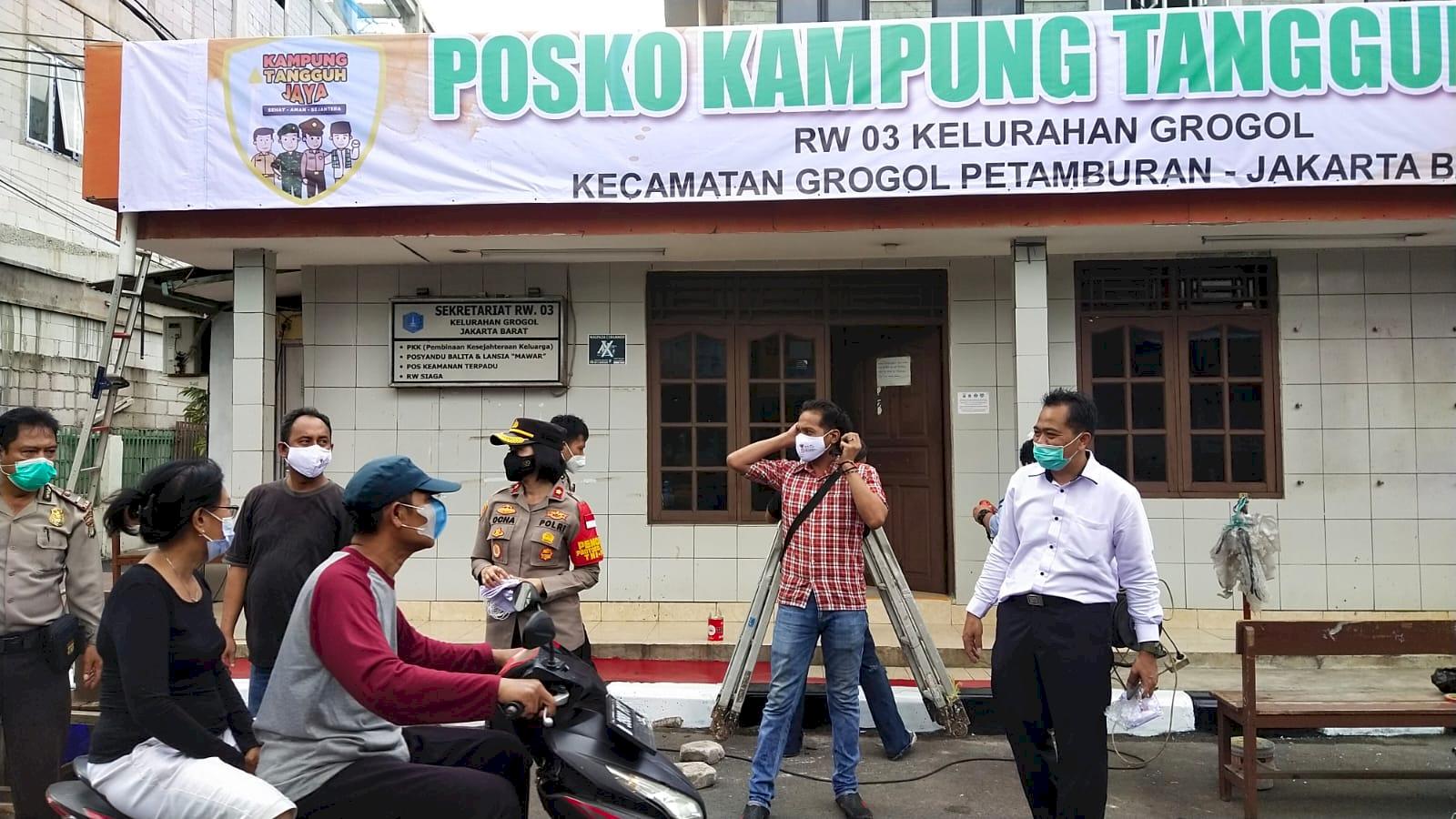 Polsek Tanjung Duren Bagikan Masker ke Warga di Kampung Tangguh