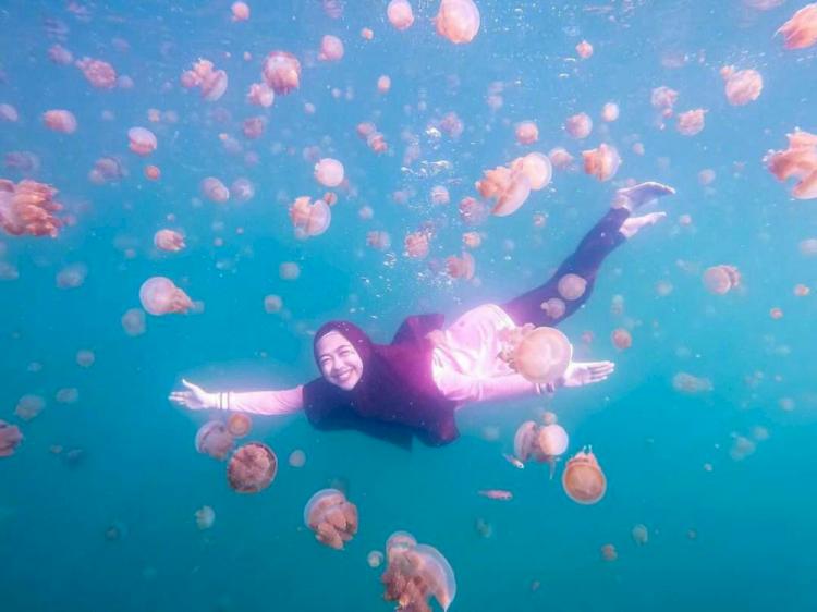 7 Potret Ria Ricis saat Berenang di Laut, Cantik Banget Jadi Putri Duyung - Foto 7