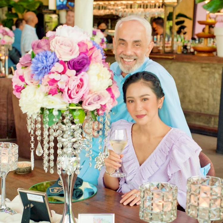 7 Potret Mesra Bunga Zainal dan Suami yang Terpaut Usia 18 Tahun - Foto 1