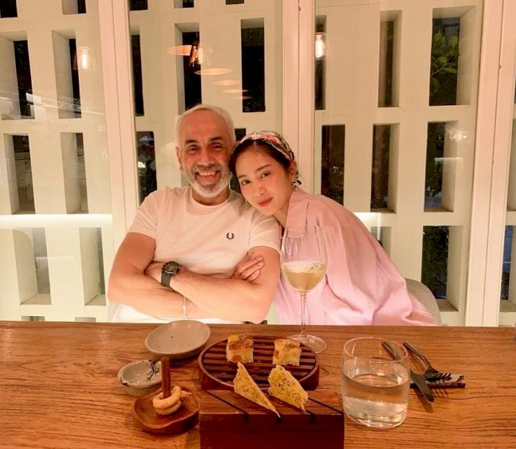 7 Potret Mesra Bunga Zainal dan Suami yang Terpaut Usia 18 Tahun - Foto 5