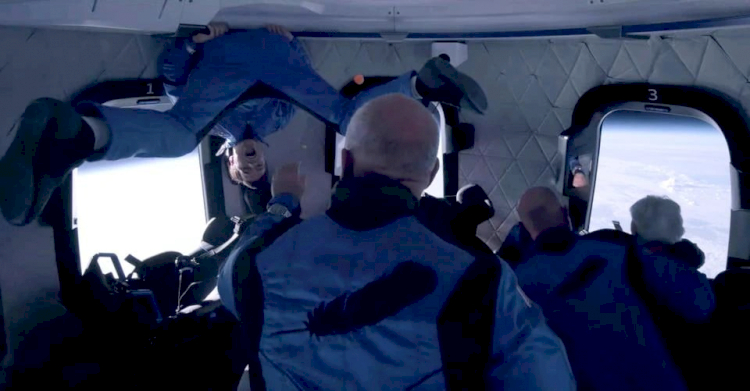 Jeff Bezos Berhasil Terbang ke Tepi Antariksa, Era Baru Wisata Luar Angkasa Semakin Dekat - Foto 4
