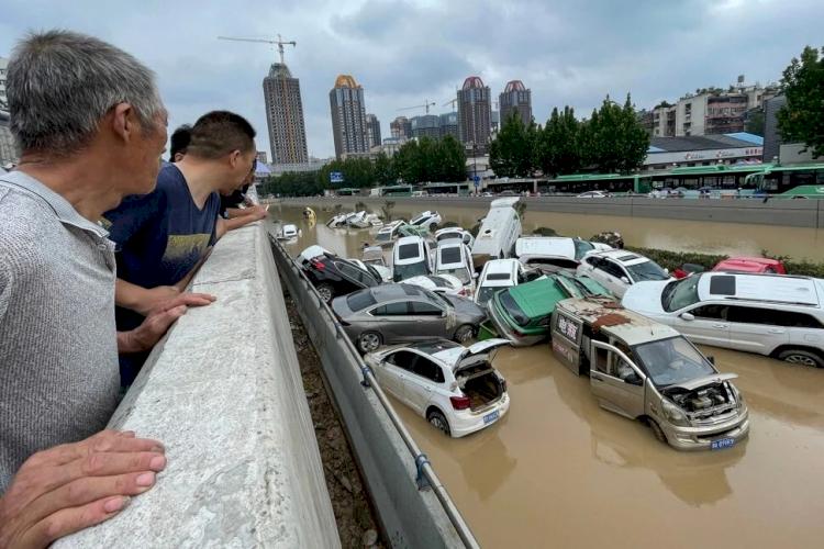 Bikin Trenyuh, Warga China Saling Berjibaku Bantu Korban Banjir, Gratiskan Kamar Hotel hingga Bioskop untuk Pengungsi - Foto 1
