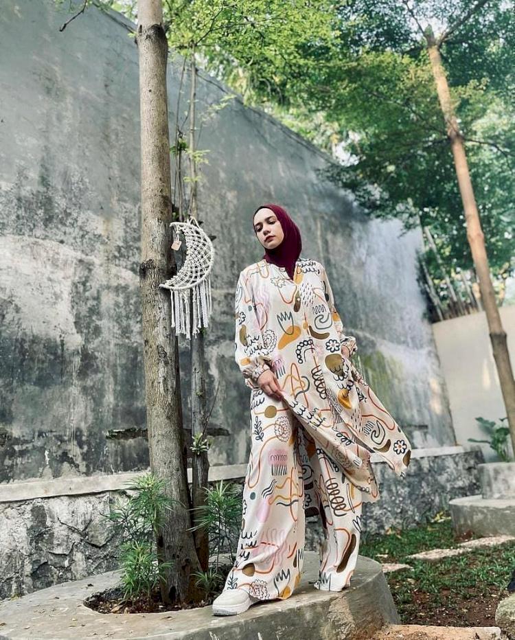 7 Potret Gaya Hijab Simpel Putri Anne yang Memesona - Foto 7