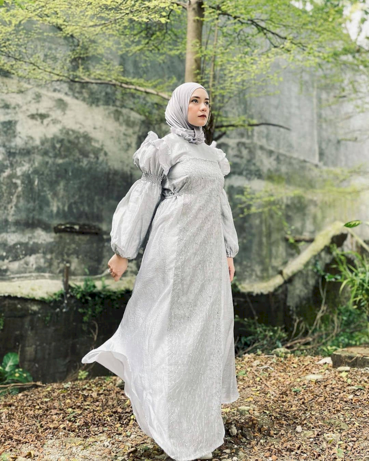 7 Potret Gaya Hijab Simpel Putri Anne yang Memesona - Foto 1