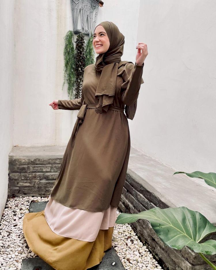 7 Potret Gaya Hijab Simpel Putri Anne yang Memesona - Foto 6
