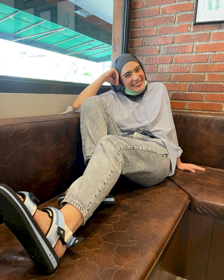 7 Potret Gaya Hijab Simpel Putri Anne yang Memesona - Foto 4
