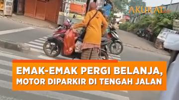 Terlalu Santai! Emak-Emak Ini Parkir Sepeda Motor di Tengah Jalan saat Pergi Belanja