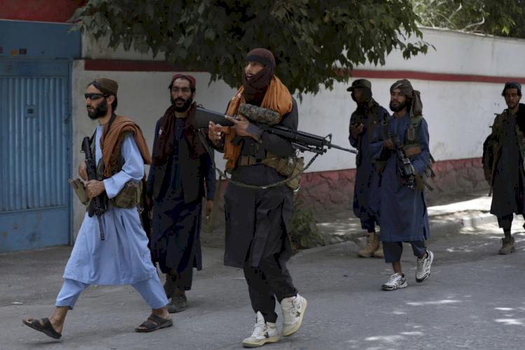 Viral, Anggota Taliban terlihat Kenakan Outfit Fantastis Mulai dari Gucci Hingga Supreme - Foto 1