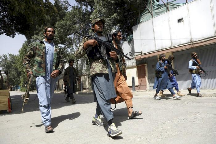 Viral, Anggota Taliban terlihat Kenakan Outfit Fantastis Mulai dari Gucci Hingga Supreme - Foto 3