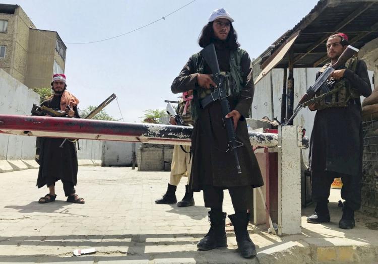 Viral, Anggota Taliban terlihat Kenakan Outfit Fantastis Mulai dari Gucci Hingga Supreme - Foto 2