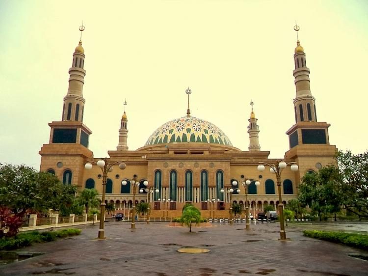 Wow Ini Dia Empat Masjid Termegah di Kalimantan, Salah Satunya Ada yang Terbesar di Indonesia Lho - Foto 1