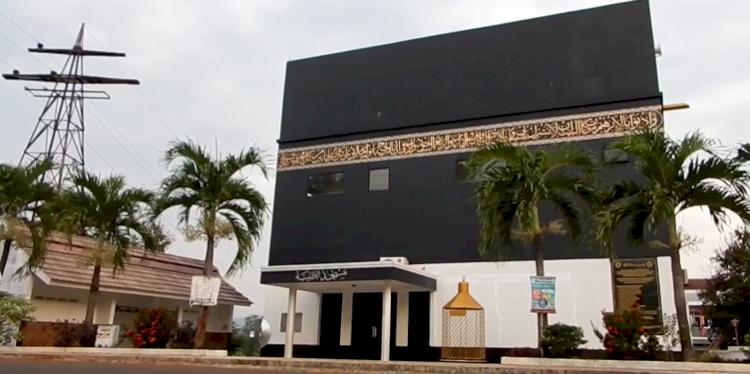 3 Masjid Ikonik Ini Kerap Jadi Pilihan Wisata Religi di Subang, Ada yang Mirip Kabah Lho - Foto 3