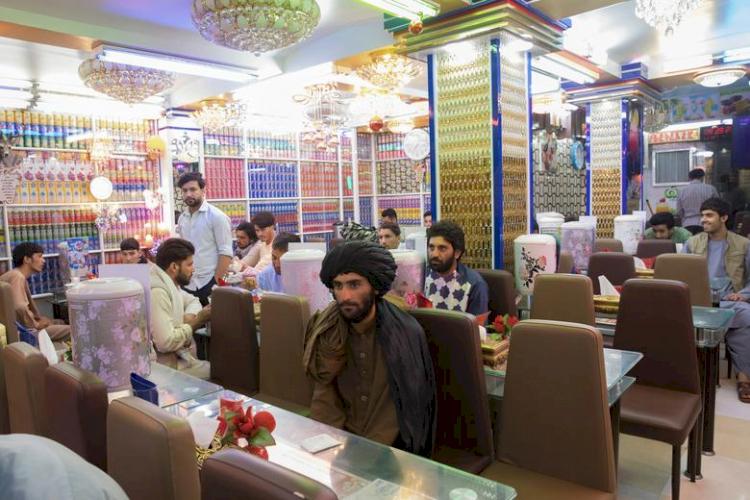 9 Potret Geliat Jalanan Afganistan di Bawah Rezim Baru Taliban, Jarang Terlihat Wanita - Foto 3